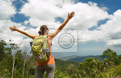 Podróżujący kobieta z plecak korzystających z widokiem na góry