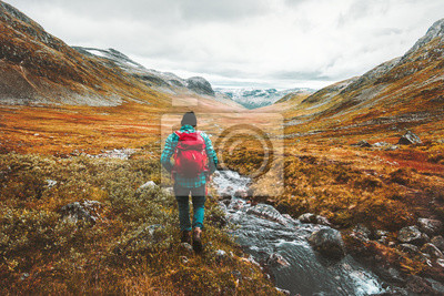 Plakat Podróżujący mężczyzna turysta z plecaka wycieczkować w górach kształtuje teren aktywnego aktywnego stylu życia przygody wakacje w Scandinavia