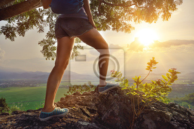 Podróżujący z plecak stojących na szczycie góry i adm