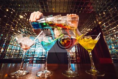 Plakat Pokazy barmanów. Barman nalewa koktajle alkoholowe.