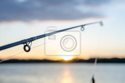 Plakat połowów na jeziorze przed zachodem słońca