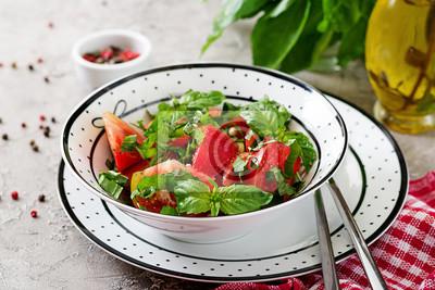 Pomidorowa sałatka z basilem i sosnowymi dokrętkami w pucharze - zdrowa jarska weganinu diety żywność organiczna zakąska.