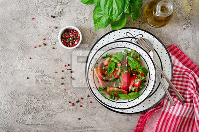 Pomidorowa sałatka z basilem i sosnowymi dokrętkami w pucharze - zdrowa jarska weganinu diety żywność organiczna zakąska. Widok z góry. Płaskie leżało