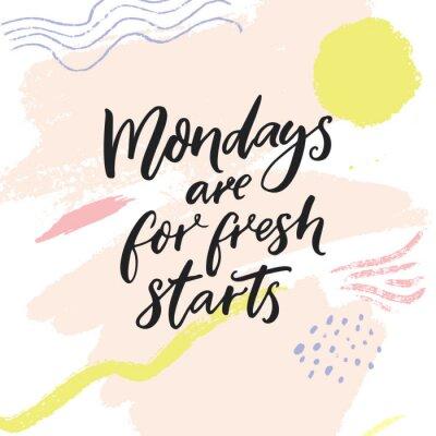 Plakat Poniedziałki są na świeże wyjścia. Inspirujący cytat za tydzień zaczyna się od mediów społecznościowych. Nowożytna szczotkarska kaligrafia na abstrakcjonistycznym pastelowym menchia koloru tle