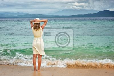 Portret atrakcyjna womanl sobie białe ubranie na plaży