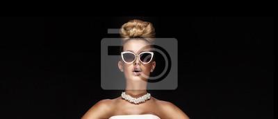 Plakat Portret blond elegancka kobieta.
