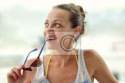 Plakat Portret całkiem uśmiechnięta kobieta w okularach.