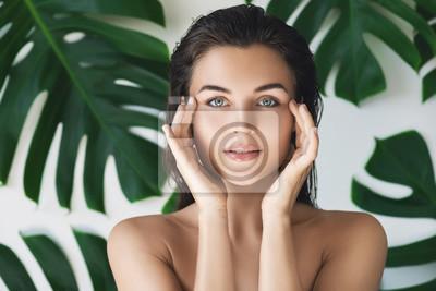 Plakat Portret młoda i piękna kobieta z perfect gładką skórą w tropikalnych liściach