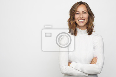 Plakat portret młodej kobiety szczęśliwy wygląda w aparacie