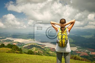 Portret podróżnika szczęśliwa kobieta z plecak stojących na Top O