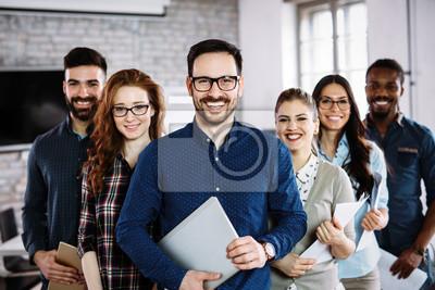 Plakat Portret pomyślna biznes drużyna pozuje w biurze