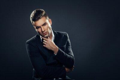 Plakat Portret przystojny mężczyzna w studio na ciemnym tle
