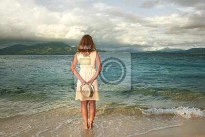 Portret romantyczna kobieta ma na sobie białą sukienkę na tropikalnej plaży