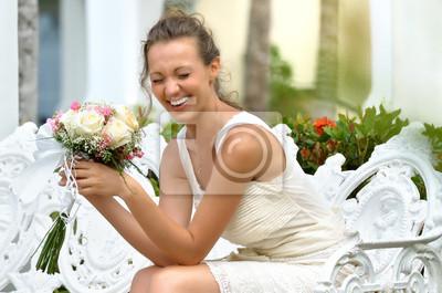 Plakat Portret śmieje się z bukietem kwiatów.
