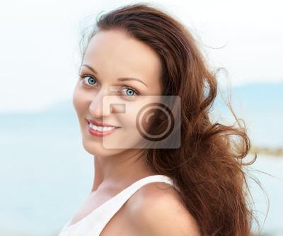 Portret szczęśliwa kobieta z niebieskimi oczami