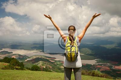 Portret szczęśliwa kobieta z plecak stojących samotnie na szczycie
