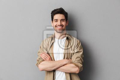 Plakat Portret szczęśliwa młoda przypadkowa mężczyzna pozycja
