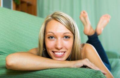 Plakat Portret uśmiechnięte dziewczyny w domu