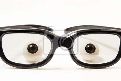 Postacie oczy lub gałki oczne są za czarnych oprawkach okularów w lekko przyciemnionym szkłem na białym tle. Praca na zdjęciu okulistyki, optometrii, dobór okularów, aby poprawić lub dobrego widzenia