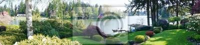 Powrót krajobraz stoczni z wiosennych kwiatów kwitnących i jeziora.
