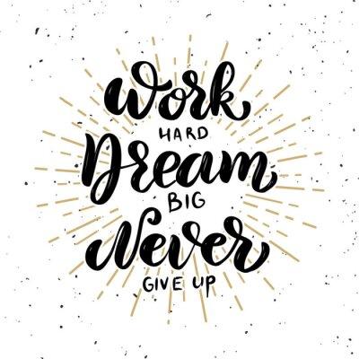 Plakat Pracuj ciężko, marzą duże, nigdy się nie poddawaj. Ręcznie rysowane motywacja napis cytat.