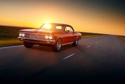 Plakat Prędkość samochodu retro na drodze jazdy