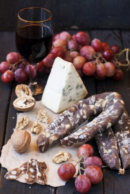 Plakat Przekąski do wina, sery pleśniowe, różowe winogrona, orzechy włoskie