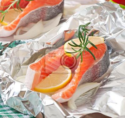 Przygotowane do pieczenia w folii pstrąga z cebulą i cytryną