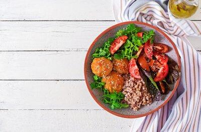 Pulpety, sałatka z pomidorów i kasza gryczana na białym drewnianym stole. Zdrowe jedzenie. Posiłek dietetyczny. Miska Buddy. Widok z góry. Leżał płasko