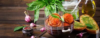 Pulpety w sosie pomidorowym i tost z bazyliowym pesto. Obiad. Smaczne jedzenie. transparent