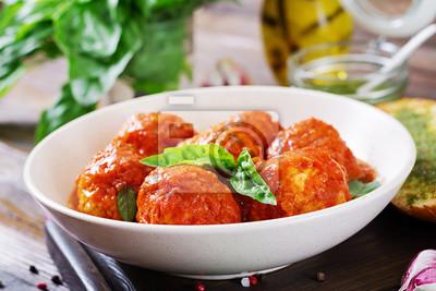 Pulpety w sosie pomidorowym i tosty z bazyliowym pesto. Obiad. Smaczne jedzenie.