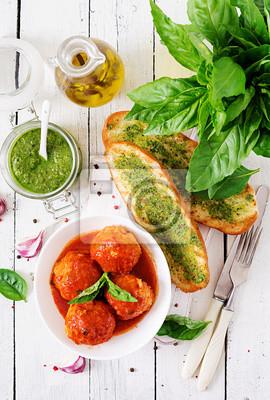 Pulpety w sosie pomidorowym i tosty z bazyliowym pesto. Obiad. Smaczne jedzenie. Widok z góry. Płaskie leżało