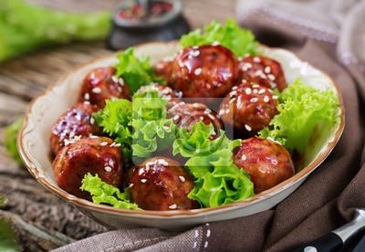 Pulpety z wołowiną w sosie słodko-kwaśnym. Azjatyckie jedzenie.