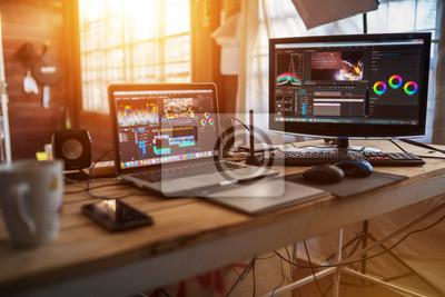Plakat Pulpit Freelance z recenzją laptopa i monitora do pracy edytora z treścią wideo lub sprzętem wideo vloga