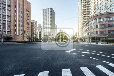 Plakat pusta droga asfaltowa nowoczesnego miasta z drapacze chmur