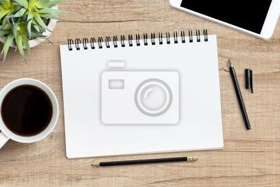 Plakat Puste notebooka z piórem jest na górze drewna tabeli biurko biura. Widok z góry, płaski.