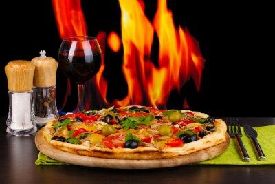 Plakat Pyszne pizza z lampką czerwonego wina i przypraw