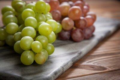 Plakat Pyszne winogrona na stole w kuchni