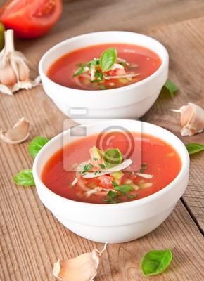 pyszny chłodnik Gazpacho w białym bowl
