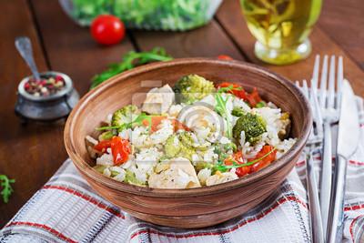 Pyszny kurczak, brokuły, zielony groszek, smażone pomidory z ryżem. Kuchnia azjatycka. Zdrowe jedzenie.