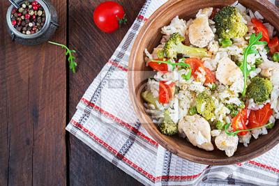 Pyszny kurczak, brokuły, zielony groszek, smażone pomidory z ryżem. Kuchnia azjatycka. Zdrowe jedzenie. Widok z góry