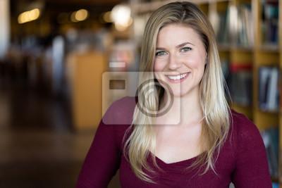 Plakat Radosny uśmiechnięta jasny piękny student studencki headshot portret w bibliotece uniwersyteckiej
