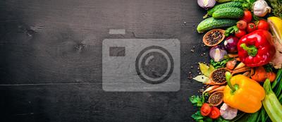 Plakat Rama żywności ekologicznej. Świeże warzywa i przyprawy. Na drewnianej tablicy.