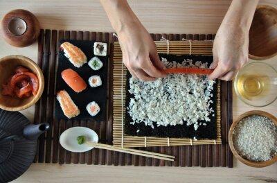 Plakat ręce do gotowania sushi