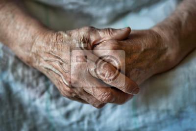 Plakat Ręce starej kobiety złożyły się jedna na drugiej. Starsza kobieta z założonymi rękami. Ręki starej kobiety zakończenie up.