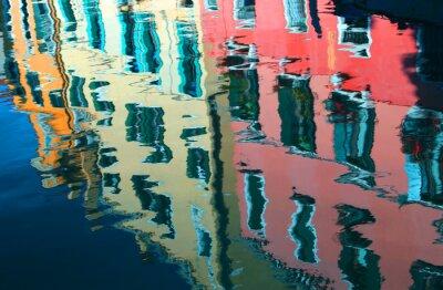 Plakat Refleksja na temat wody z kolorowych domów