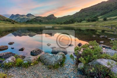 Plakat refleksje górskie na wschodzie słońca. Blea Tarn, Lake District, UK.
