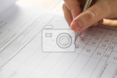 Plakat Ręka z piórem na formularzu zgłoszeniowym