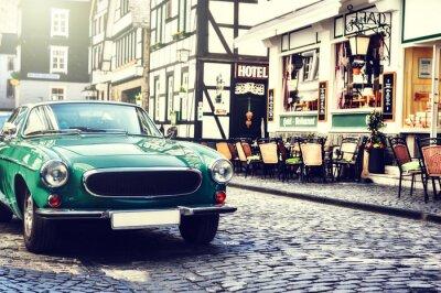 Plakat Retro samochód zaparkowany w starej europejskiej ulicy miasta