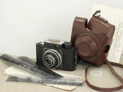Plakat retro skład stary aparat, folie, papier i koperty